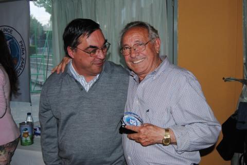 Joaquín Castillo con su trofeo y Fernando. Foto: Federación de Peñas RZ