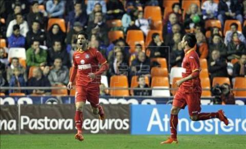 Ángel celebra su gol en Mestalla. Foto: efe