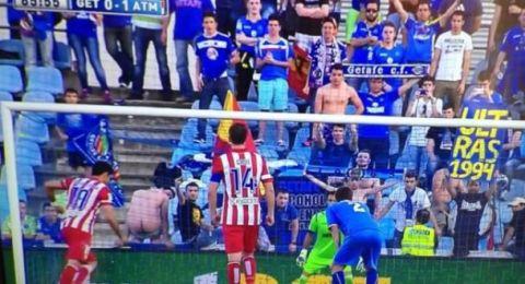 """Penalty con """"calvo"""" en la grada"""
