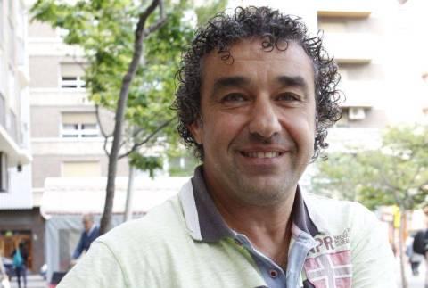 """LA ENTREVISTA DE LA SEMANA Javier Villarroya: """"En el Zaragoza viví los mejores años de mi vida y creo que triunfé"""" Francisco Javier Pérez Villarroya (Zaragoza, 6 de agosto de 1966) llegó siendo juvenil a la disciplina del Real Zaragoza. Había debutado antes, pero en 1987 lo subió definitivamente a la primera plantilla Manolo Villanova. En 1990 jugó el Mundial de Italia con la selección española y posteriormente fue traspasado al Real Madrid, que pagó más de 300 millones de pesetas. Villarroya militó también en el Deportivo, el Sporting y el Badajoz y estuvo como profesional 14 temporadas     D     s     Õ Enviar     q Imprimir     à Valorar     &Añade a tu blog     @6 Comentarios     Javier Villaroya posa en la zona de la plaza Roma. - Foto: JAVIER BELVER Javier Villaroya- Foto: JAVIER BELVER, El Periódico de Aragón"""